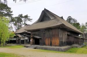 秋田県立博物館近くにある奈良家住宅。山吹が咲く頃には軒下に枝を刺して、真澄の絵を再現している
