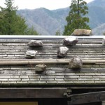 板葺きに置き石