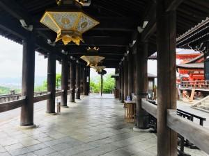 消毒液が置かれる観光客がいない清水寺の祭壇
